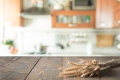 木桌面用在迷离厨房室背景的麦子蒙太奇产品的 图库摄影
