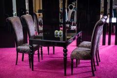 木桌颜色黑色光泽 桌由黑暗的木经典样式制成 经典厨房随员包括的黑桌和四woode 免版税库存照片