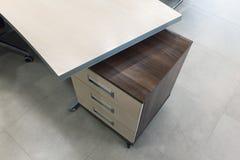 木桌细节在办公室 免版税库存照片