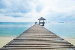 木桥到海里。 库存图片