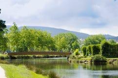 木桥在公园 免版税库存照片