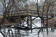 木桥在公园 库存照片