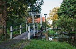 木桥在Haaldersbroek,在赞丹附近的一个小村庄 免版税库存图片