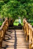 木桥梁和湖在背景中 免版税库存图片