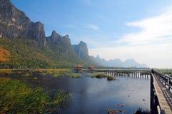 与晴天的木桥梁盐水湖山 库存图片