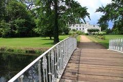 木桥梁老的公园 图库摄影