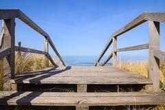 木桥横跨在海滩的沙丘带领波罗地 免版税库存照片