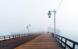 木桥的看法在有雾的天气,圣芭卜拉,加利福尼亚,美国的 复制文本的空间 免版税库存照片