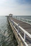 木桥走道到海里 免版税库存照片