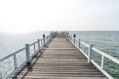 木桥走道到海里 库存图片