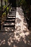 木梯子和道路方式在庭院里 免版税库存图片