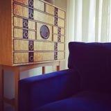 木梳妆台和蓝色天鹅绒扶手椅子 库存照片