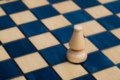 木棋枰的白主教 库存图片