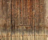木棕色磨损的门 文本背景、生锈的门闩和挂锁的空间 特写镜头视图,细节 免版税图库摄影