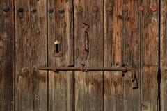 木棕色空的磨损的门 文本背景、生锈的门闩和挂锁的空间 特写镜头,细节 免版税库存照片