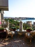 木椅子和桌在开放海边大阳台 免版税库存图片