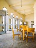 木椅子和桌在有大窗口的- retr一间屋子里 图库摄影