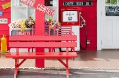 木椅子和花。 库存照片