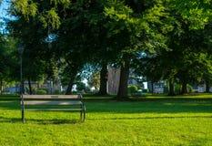 木椅子在公园 免版税库存照片