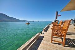 木椅子的码头 库存图片