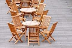 木椅子的表 免版税库存图片