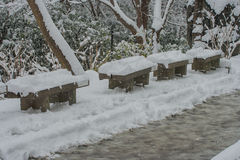 木椅子盖了在走道的白色雪在清水寺寺庙 库存照片