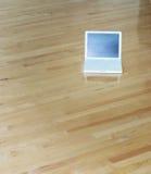 木楼层的膝上型计算机 库存图片