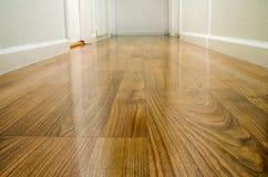 木楼层的走廊 库存照片