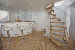 木楼梯和酒吧在豪华游艇sundeck  图库摄影