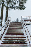 木楼梯在冬天 免版税图库摄影