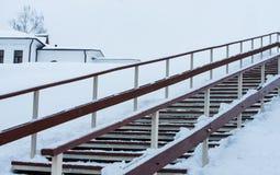 木楼梯在冬天 图库摄影