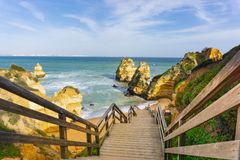 木楼梯在蓬塔在拉各斯附近的da彼达迪,葡萄牙 免版税图库摄影