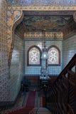 木楼梯,装饰的木楼梯栏杆,土耳其陶瓷砖墙壁,华丽天花板,污迹玻璃窗 免版税库存照片