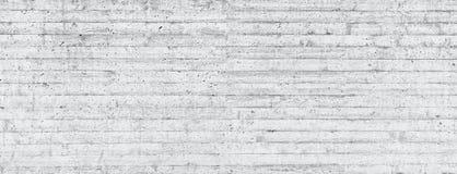 木模板纹理在一个未加工的混凝土墙盖印了 免版税图库摄影