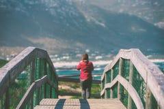 木步行桥和旅游妇女在贝蒂的海湾 免版税库存图片