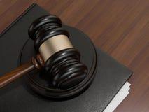 木法官惊堂木和在棕色木背景的皮革文件夹 免版税库存图片