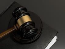 木法官惊堂木和在黑桌上的皮革文件夹 免版税库存图片