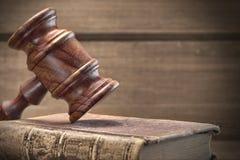 木法官惊堂木和老法律书籍在木背景 库存照片