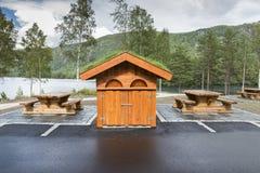 木洗手间大厦和长凳作为一个休息处 免版税库存图片