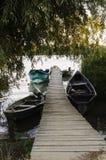木浮船和小船 免版税图库摄影