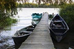 木浮船和小船 免版税库存照片