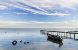 木浮船和老手工制造木小船 免版税库存照片