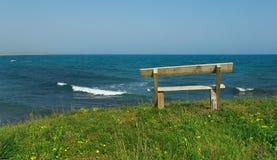 木海滩的长凳 库存图片