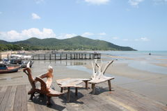 木海滩睡椅的表 免版税库存照片