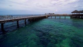 木海滩船坞或木码头在美丽的热带海滩 库存照片