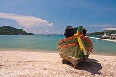 木海滩蓝色小船前面的天空 库存图片