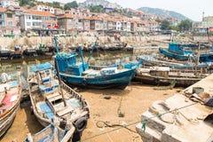 木渔船在Shazikou,青岛,中国村庄  免版税库存图片