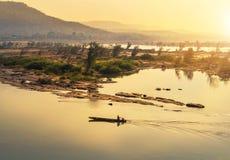 木渔船航行在日出的湄公河在泰国和老挝的边界 免版税图库摄影