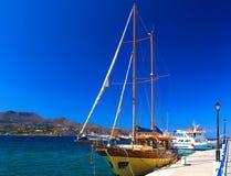 木游艇以一艘老海盗船的形式在贴水尼古拉什,克利特,希腊口岸的  图库摄影