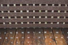 木湿长凳在夏天公园 与反射的特写镜头 库存图片